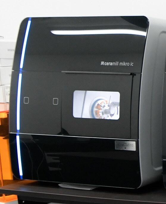 湿式専用4軸加工機 Ceramill mikro ic