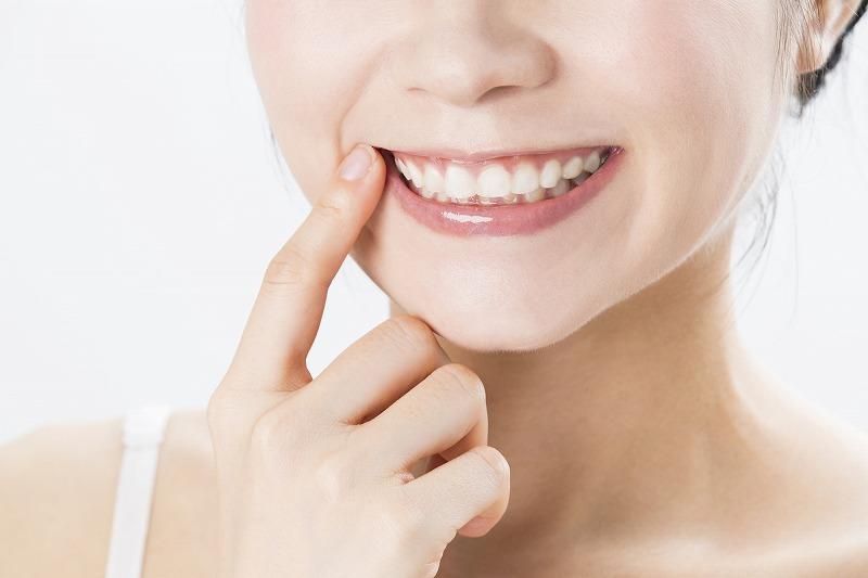 前歯2本の歯並びを治すのは矯正?セラミック?